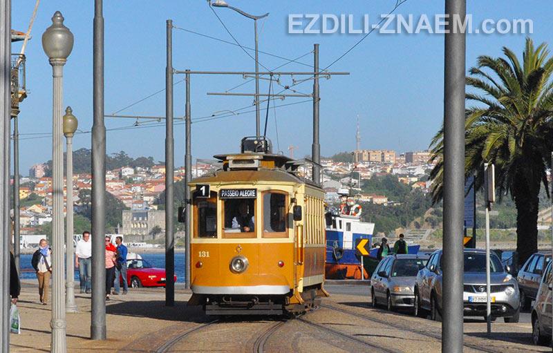 На фото: трамвай в Порту, Португалия