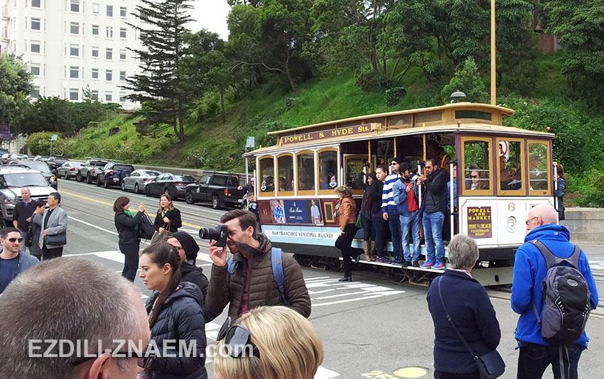 Туристы приехали на трамвае, чтобы сфотографировать Ломбард-Стрит. Сан-Франциско