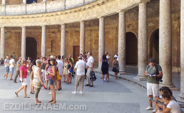 Туристы в здании Хенералифе в Альгамбре