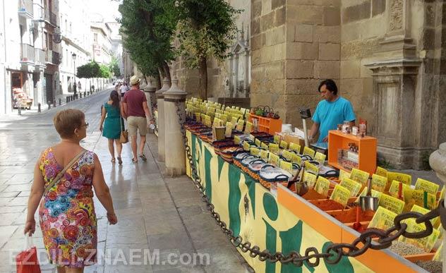 Гранада в Испании. Уличные продавцы чая в Гранаде