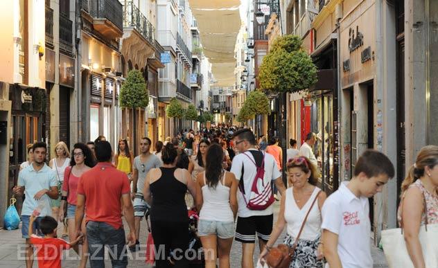На фото: после сиесты на улице Месонес. Гранада (Испания)