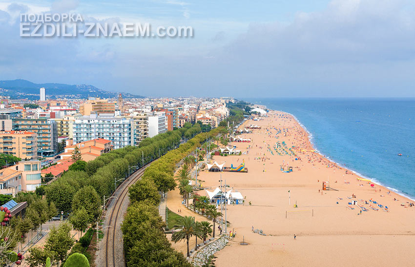 туристы любят широкие пляжи в испанской Калелле