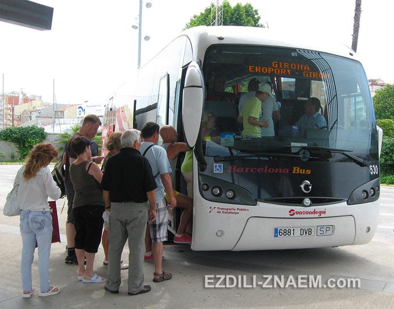 туристы едут в Жирону с автовокзала Бланеса