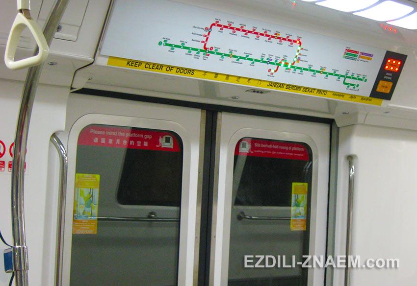 индикаторы остановок в вагоне метро Сингапура
