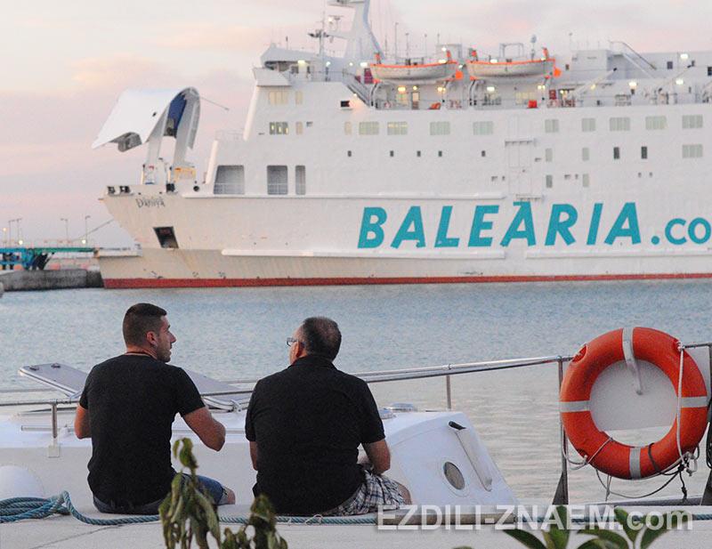 в порт Дении прибыл паром с острова Ибица