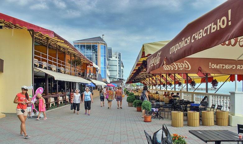 туристы на набережной в Лазаревском