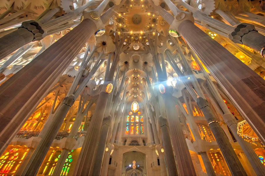 внутри Храма Святого Семейства в Барселоне