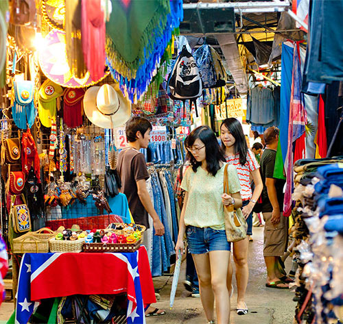 Туристы на рынке Чатучак в Бангкоке