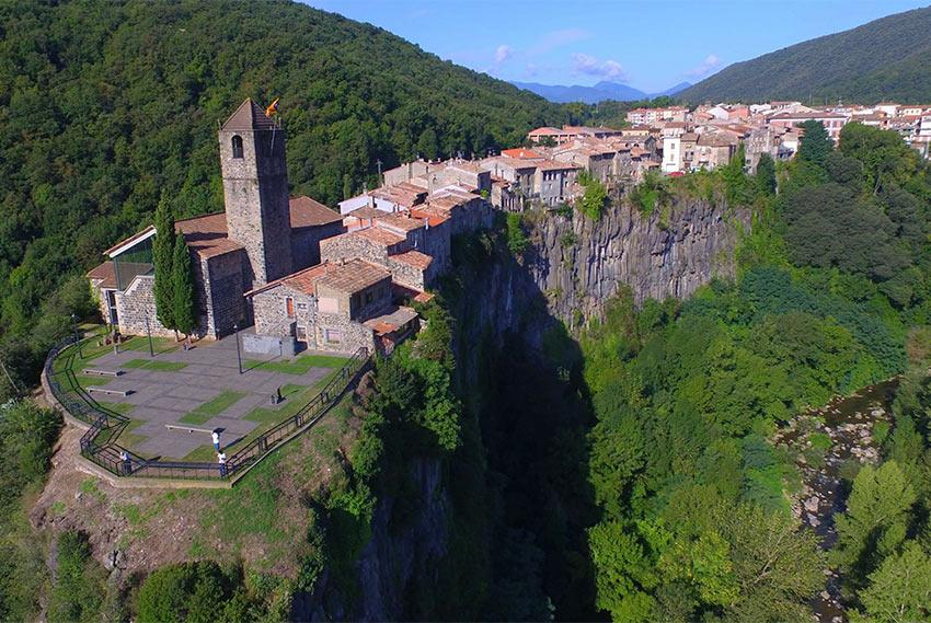 город на скале - Кастельфольит-де-ла-Рока в Испании