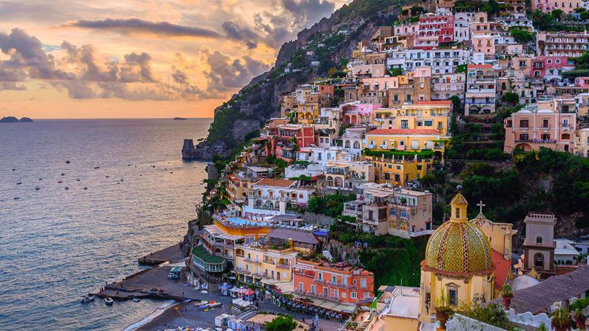 красивейший городок Позитано в Италии удачно построен на склоне горы