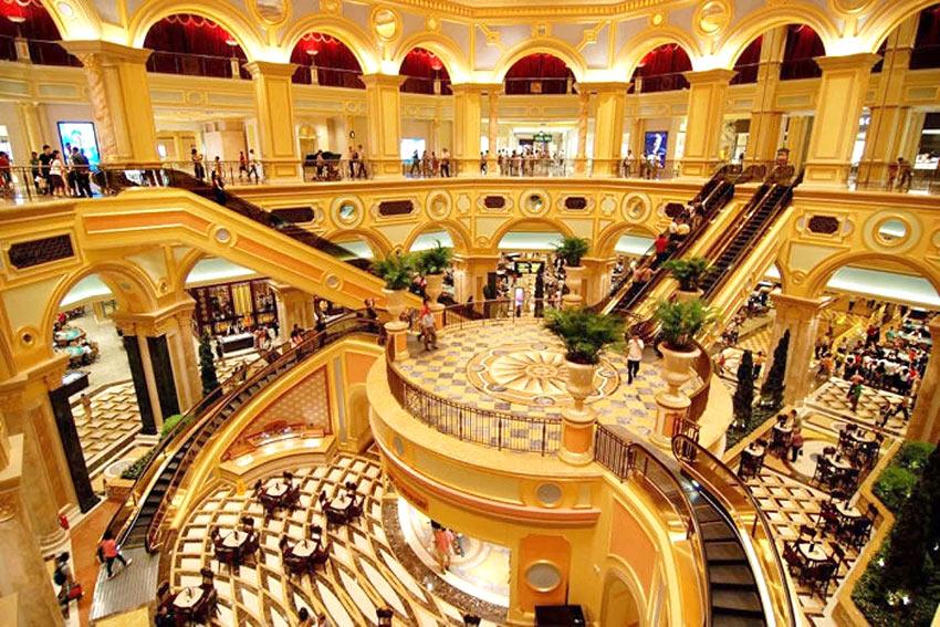 """На фото: внутри комплекса находятся шоппинг, отель и казино """"Венеция"""" в Макао"""