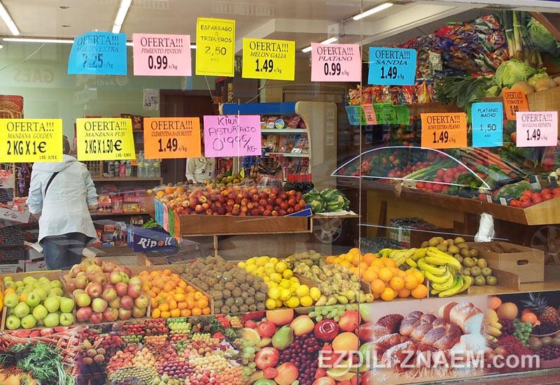 Магазин с овощами и фруктами в Испании
