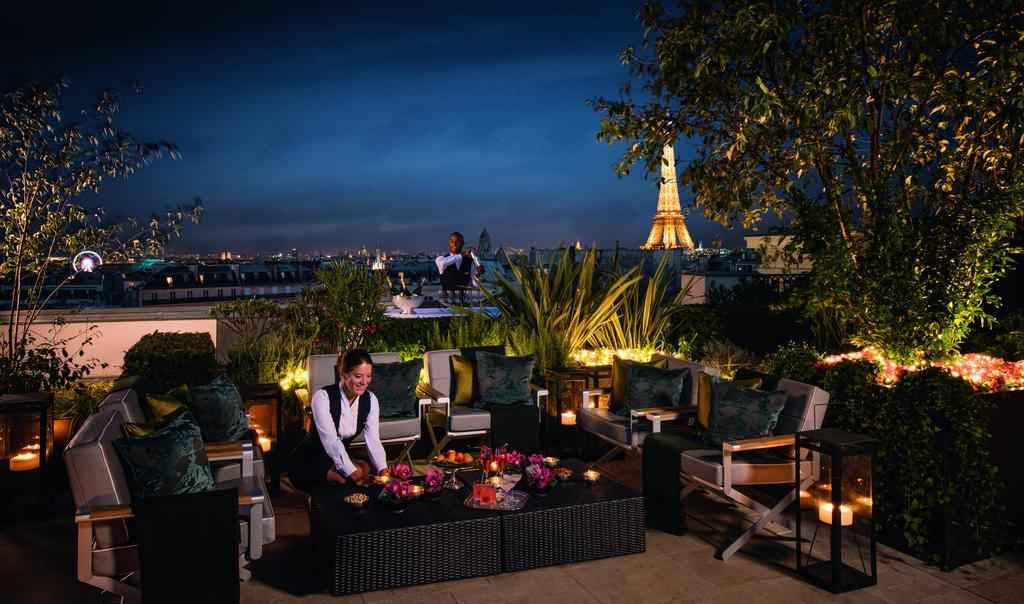 Отель The Peninsula с видом на Эйфелеву башню, Париж, Франция