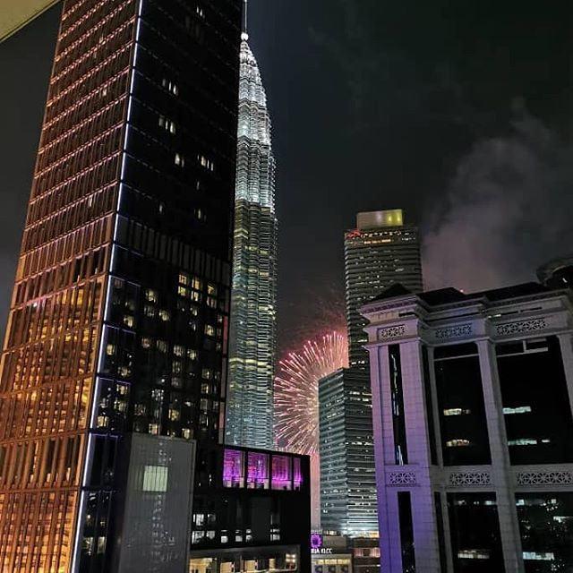 """На фото: вид на башни Петронас из номера отеля """"Maya"""" в Куала-Лумпуре"""
