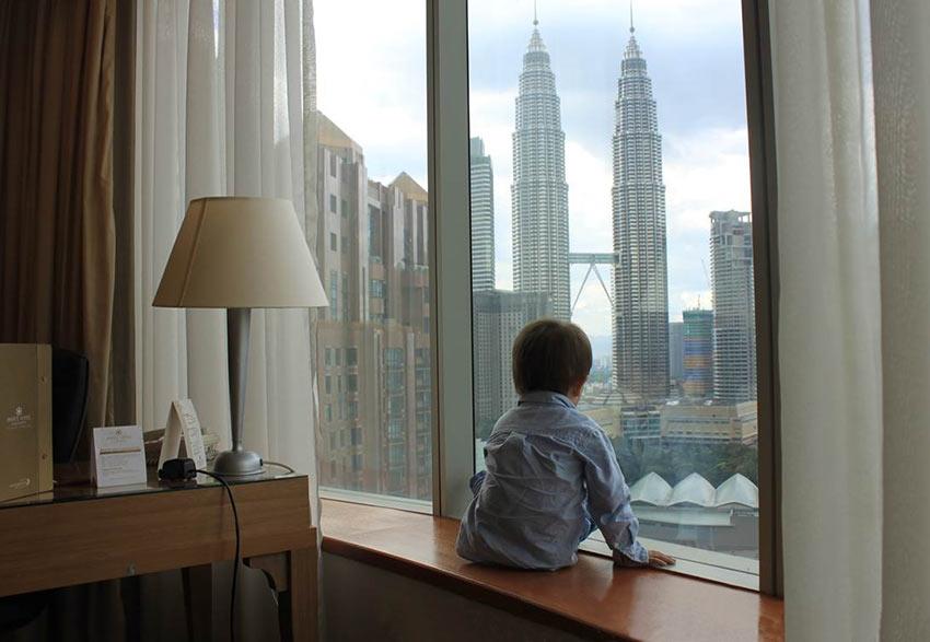 """На фото: вид на башни Петронас из отеля """"Prince Hotel"""" в Куала-Лумпур"""