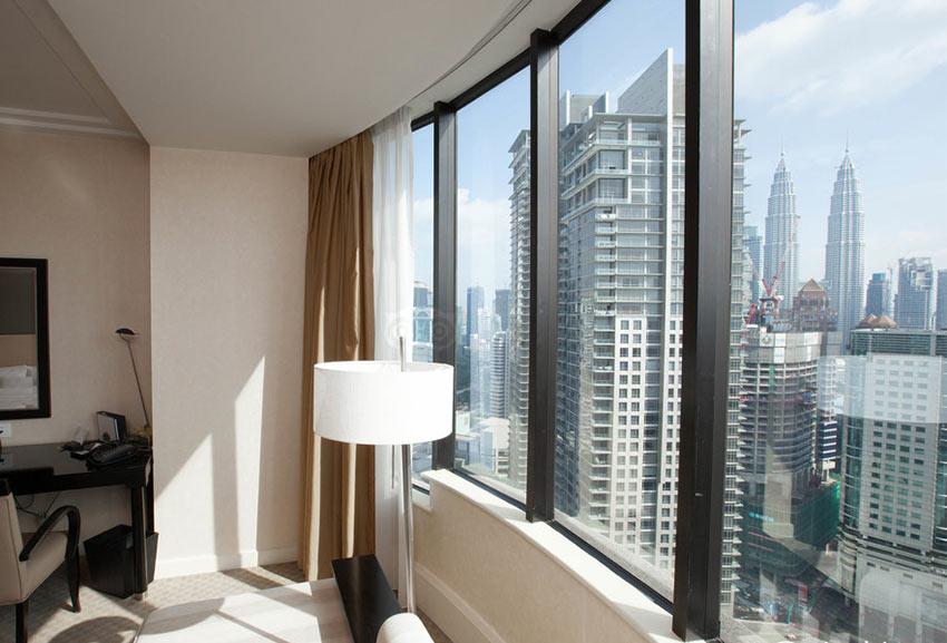 """На фото: вид на Петронасы из номера отеля """"Westin"""" в Куала Лумпуре"""