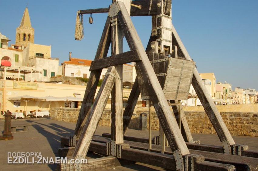 Старинный требушет на набережной в Альгеро