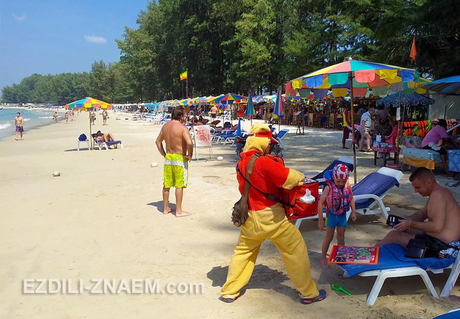 отдыхающие на пляже Банг Тао
