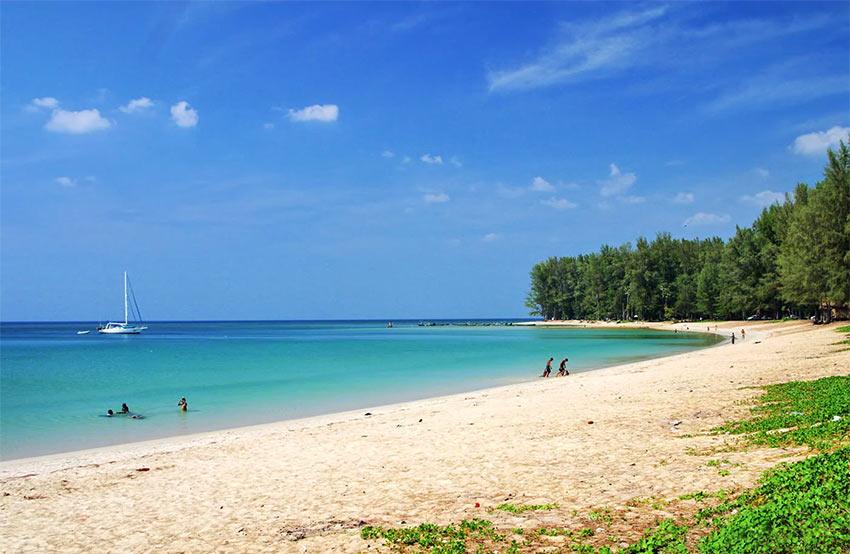 пляж Най Янг на Пхукете достаточно диковат, но красив
