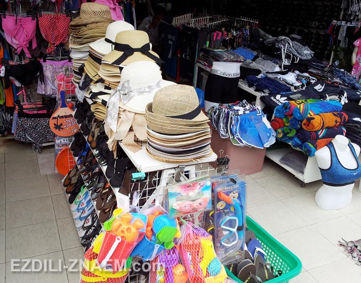 На фото: в местных лавках можно купить все что нужно для пляжного отдыха