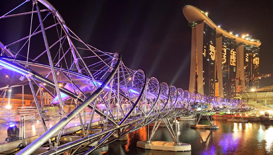 Мост Helix Bridge вечером