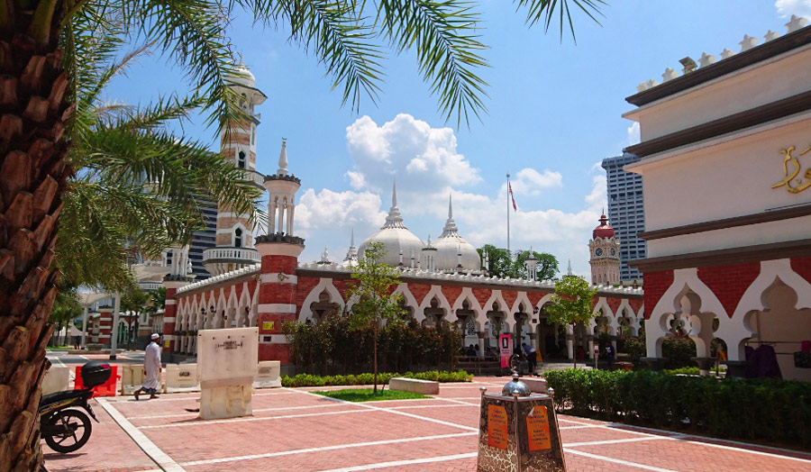 На фото мечеть Masjid Jamek в Куала-Лумпур