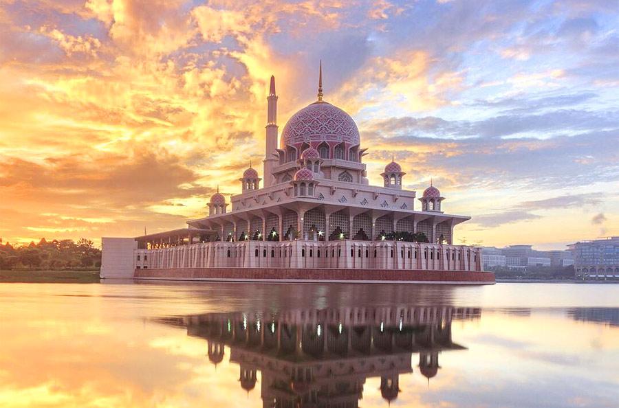Розовая мечеть Путра в Путраджайе