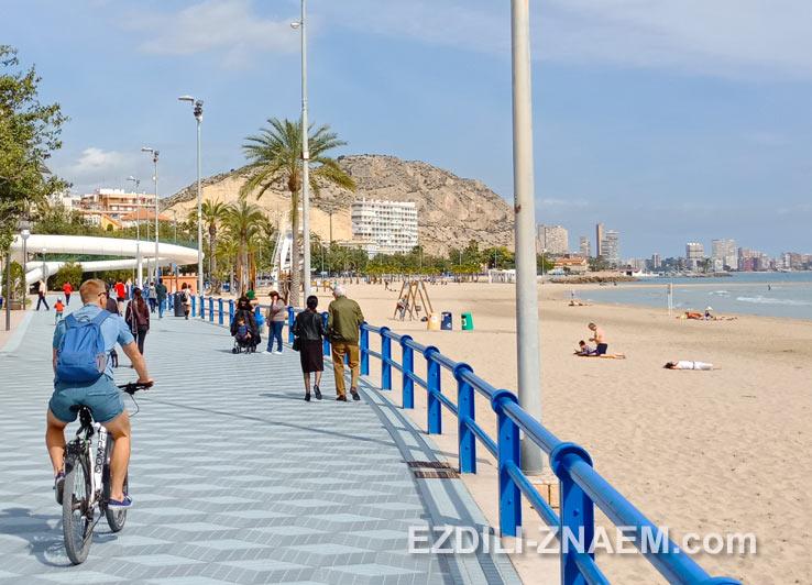 На городском пляже Аликанте в марте