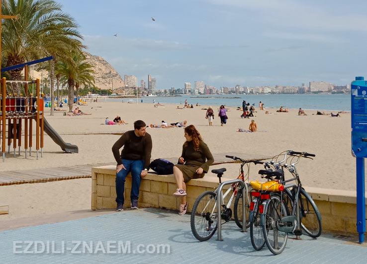 Март в Аликанте. Вид на городской пляж