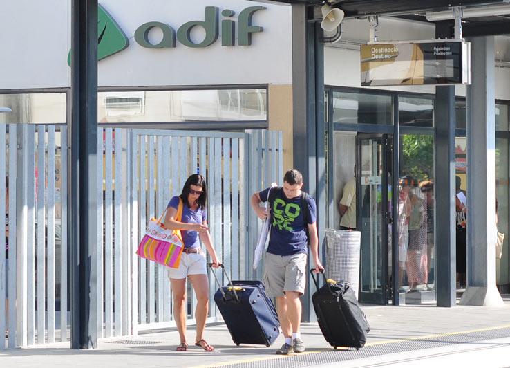 Путешественники на вокзале в Испании