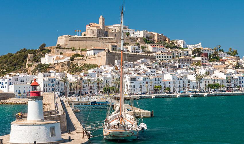 остров Ибица (Ibiza) наиболее оживленный и популярный курорт в Испании