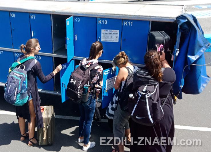 Туристы сдают багаж при посадке на паром