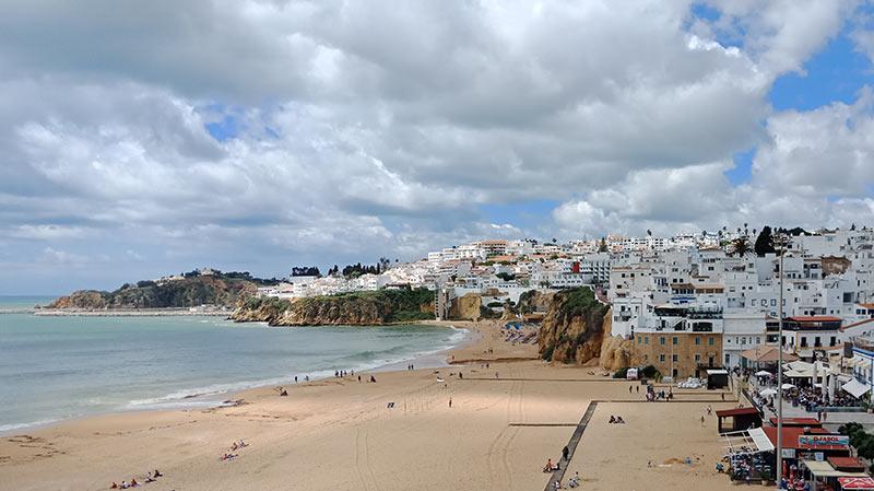 Пляж в городке Альбуфейра в Португалии