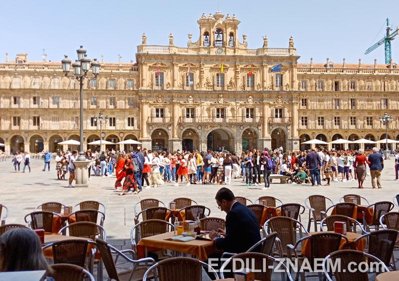 Ежедневная тусовка на Plaza Mayor в Саламанке
