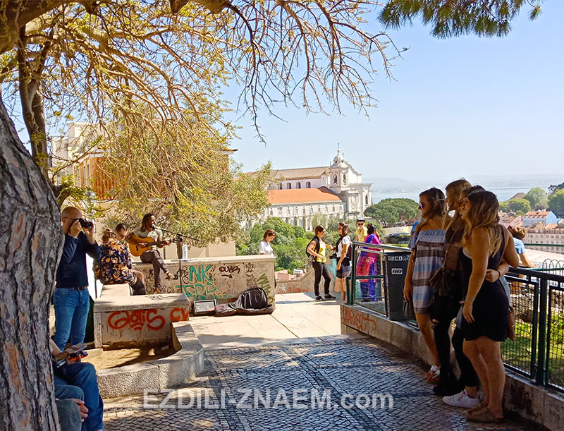 На фото: туристы на смотровой площадке в Лиссабоне