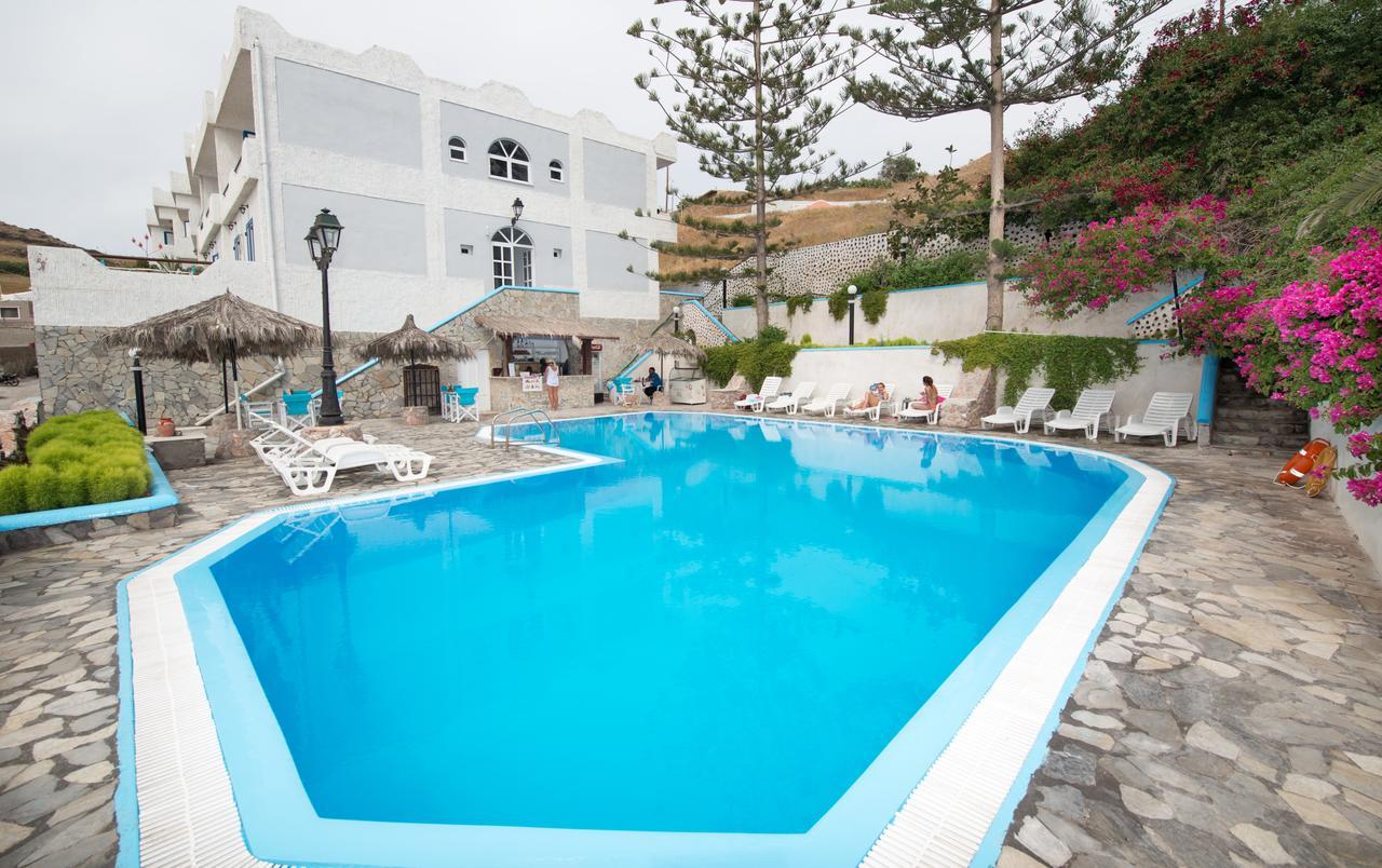 На фото: Porto Castello - дешевый отель на Санторини