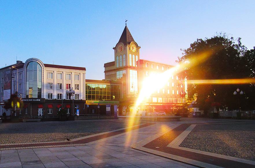 Площадь Победы в Калининграде. Торговые центры, стилизованные под готику