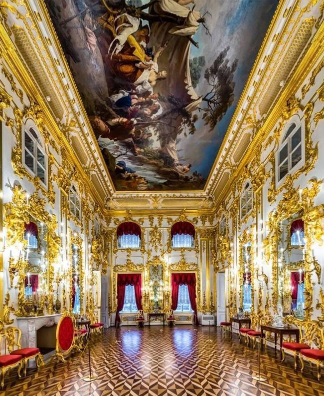 Большой Петергофский дворец в Санкт-Петербурге