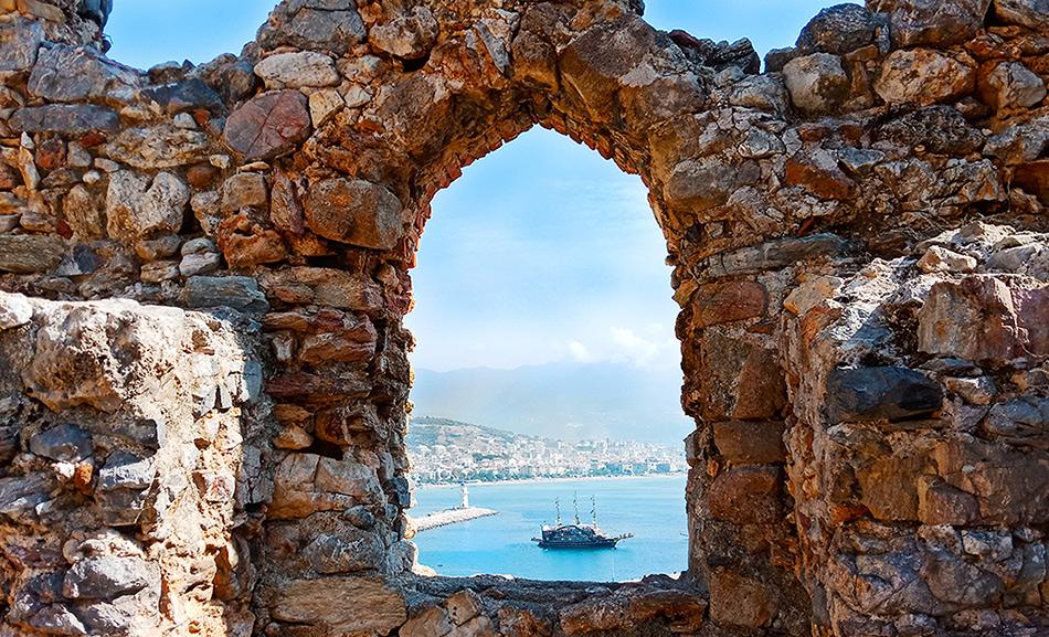 Вид на море в старой Алании, Турция