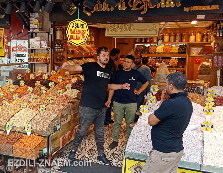 местные жители общаются на рынке, Стамбул