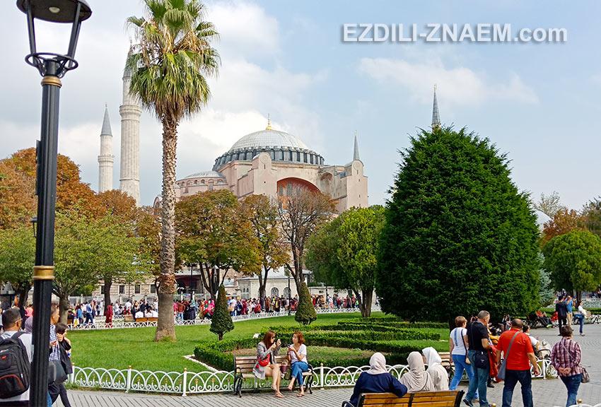 На фото: на площади Султанахмет в Стамбуле все одеты по-разному. Это нормально для города