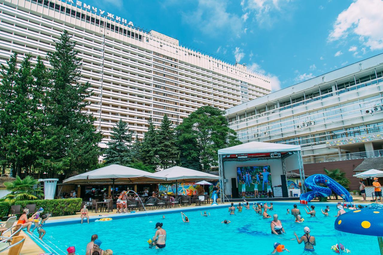 Открытый бассейн с подогреваемой морской водой в Сочи, отель Жемчужина