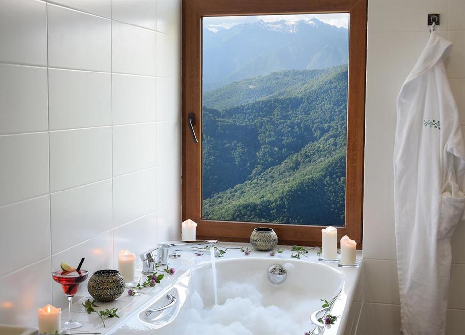 Вид из окна ванной комнаты в отеле Green Flow