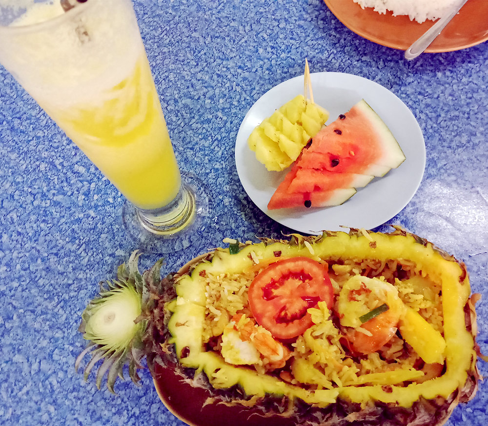 Рис с морепродуктами в ананасе, свежий сок и тарелка фруктов в подарок
