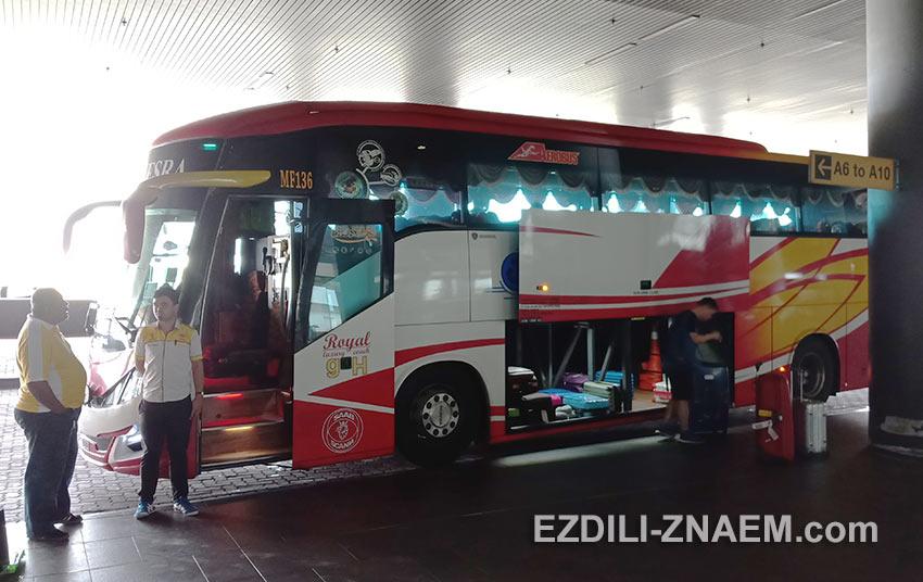 Автобус SkyBus перед выездом из аэропорта KLIA2, в Куала-Лумпур