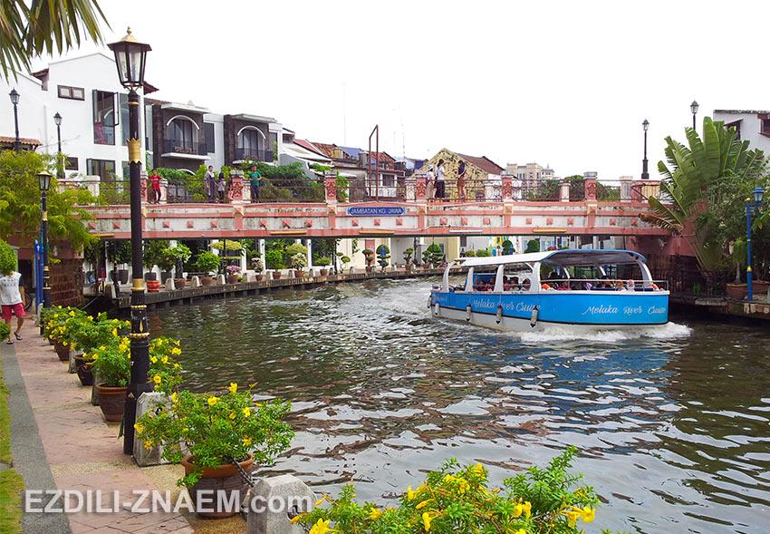 На фото Малакка (Малайзия). Прогулка на речном трамвае по реке