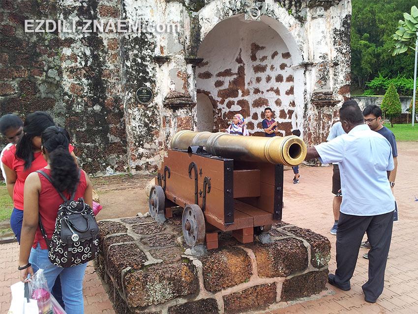 туристы и медная пушка на холме Святого Павла в Мелакке