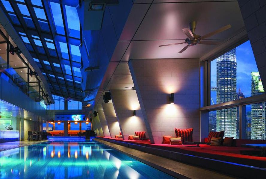 Вид из бассейна отеля Traders, Куала-Лумпур