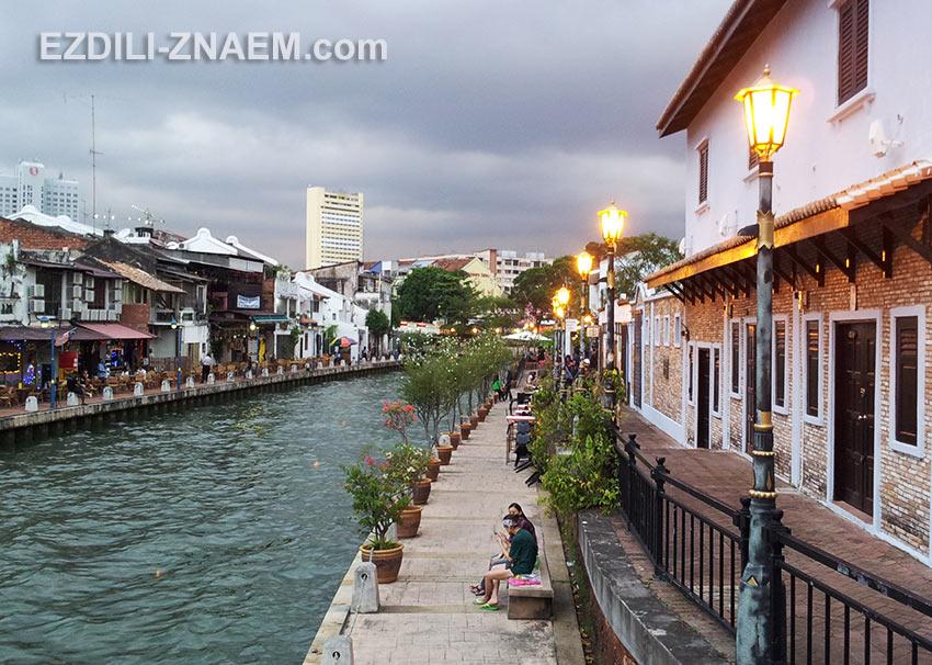 На фото Малакка (Малайзия). Прогулка по набережной