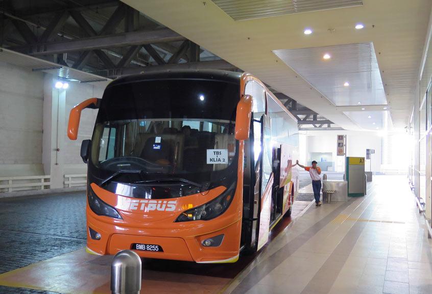 Автобусы компании JetBus по маршруту Аэропорт - вокзал TBS